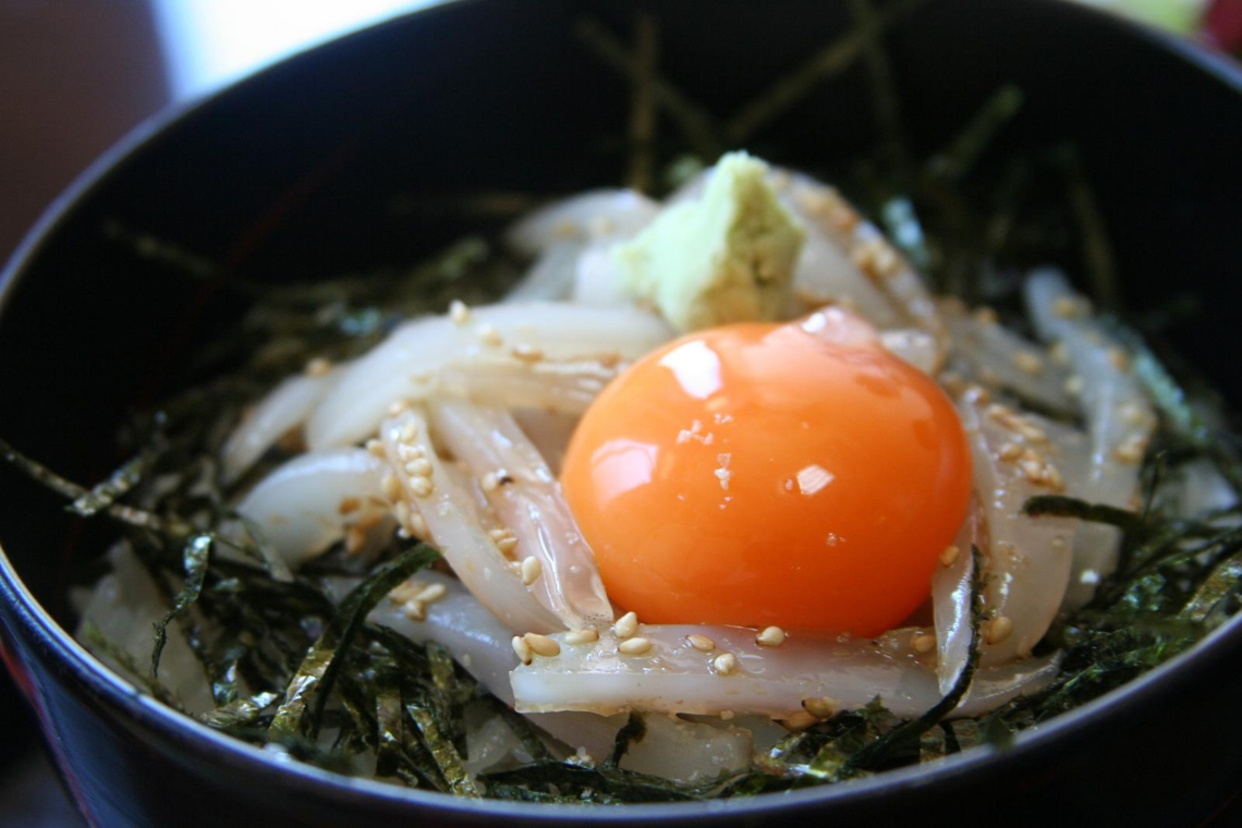 A bowl or rice with vegetables and a raw egg - donburi (©Stuart Albert/Creative Commons)