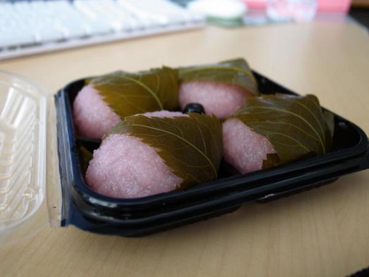 Gâteau de riz, ou mochi, à la feuille de cerisier (©Rodrigo Verschae/Creative Commons)