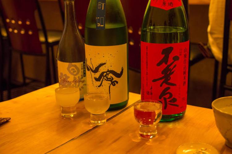 Une dégustation de saké dans un bar japonais (©Christian Kaden/Creative Commons)